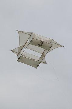 Kite Building, Kite Designs, Origami, Box Kite, Kite Making, Kite Surf, Letters And Numbers, Geometric Art, Metal Art