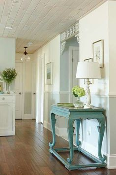Design superstar Sarah Richardson shares her designer tricks for turning a dated bungalow into a pretty summer home — all on a savvy budget. Get these tips for country home decor. Decoration Entree, Sarah Richardson, Hallway Decorating, Decorating Ideas, Decor Ideas, Deco Design, Design Design, Home Fashion, My Dream Home
