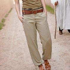 Super stylé, ce pantalon en soie ne se froisse pas. Simplissime, il est coulissé à la taille et aux chevilles, avec une fausse braguette et des poches dos. Un pantalon baroudeur à faire soi-même.