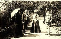 Dans une allé du parc de Nohant chez George Sand...quelques années après le décès de George Sand, la vie, la famille, les amis sont toujours là. De gauche à droite, Lina Sand (belle fille de GS), Paul Choisnard ( l'astrologue), Gabrielle Sand (petite fille de GS), Edmond Plauchut (un ami de la famille qui repose au cimetière de Nohant).