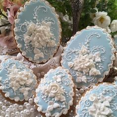 The most beautiful cookies I have ever seen.- The most beautiful cookies I have ever seen. An amazing Teri Pringle Wood cookie. Cookies Cupcake, Flower Cookies, Iced Cookies, Easter Cookies, Royal Icing Cookies, Sugar Cookies, Christmas Cookies, Elegant Cookies, Fancy Cookies