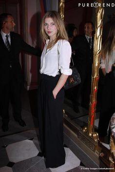 Ici Clemence Poesy incarne parfaitement la parisienne. Dans cette blouse vaporeuse qu'elle mixe avec un pantalon taille haute, elle est aussi élégante que mystérieuse.