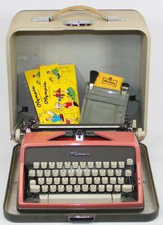 Máquina de escribir rosa Vintage Olympia DeLuxe por BrooklynRetro
