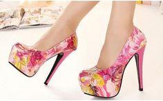 Sapato alto meia pata com estampa Floral, disponível em duas cores. Entrega para todo Brasil.