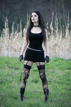 Top Gothic Fashion Tips To Keep You In Style. As trends change, and you age, be willing to alter your style so that you can always look your best. Consistently using good gothic fashion sense can help Alternative Mode, Alternative Fashion, Goth Beauty, Dark Beauty, Dark Fashion, Gothic Fashion, Hot Goth Girls, Look Dark, Gothic Models