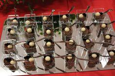 Mousse de chocolate con café y bolita de chocolate blanco.