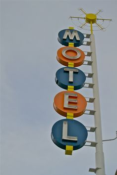 Googie motel signs are awesome Old Neon Signs, Vintage Neon Signs, Old Signs, Roadside Signs, Roadside Attractions, Swimming Pool Signs, Retro Signage, Diner Sign, Restaurant Signs