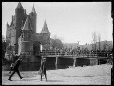 Tijdens de spoorwegstaking van april 1903 begeleiden huzaren (lichtbewapende ruiters) 'stakingsbrekers' op weg naar de werkplaatsen van de Hollandsche IJzeren Spoorweg-Maatschappij (HIJSM). Naar schatting tien procent van de werknemers bij de spoorwegmaatschappijen raakt ten gevolge van deze staking zijn baan kwijt. De staking ging over het recht van werknemers om zich te organiseren in een vakbond en onderhandelingen te voeren. Fotograaf: W.F.C.C. Pijnacker Hordijk