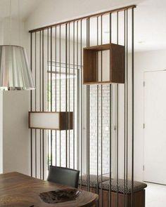 Divisória com fios metálicos e nichos de madeira