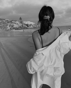 Discovered by Sparkle. Find images and videos about summer, black and white and beach on We Heart It - the app to get lost in what you love. Beach Photography Poses, Beach Poses, Summer Photography, White Photography, Shotting Photo, Foto Fashion, Black And White Aesthetic, Insta Photo Ideas, Summer Aesthetic