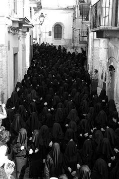 Coro delle Pie donne velate, durante la Processione del Sabato Santo a Canosa.