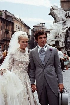 American actress Candice Bergen best known for her role as Murphy Brown, looked gorgeous in this beautiful wedding gown. Candice Bergen, Wedding Gowns With Sleeves, Long Sleeve Wedding, Royal Wedding Dresses, Wedding Styles, Wedding Photos, Famous Couples, Looks Chic, Vintage Bridal