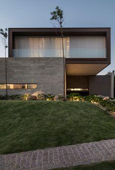 Lovely modular Brazilian home dubbed Marubá Residence by Padovani Arquitetos Associados interiorcladding Modern Architecture Design, Facade Design, Facade Architecture, Exterior Design, Futuristic Architecture, Chinese Architecture, Landscape Architecture, Minimalist House Design, Modern House Design