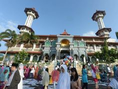 Indonesians leave after the conculsion of Eid al Fitr prayers in Cianjur, West Java on August 8, 2013. PHOTO: REUTERS
