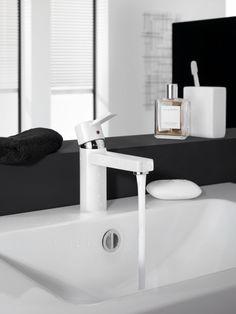KLUDI ZENTA wastafelmengkraan in een black & white badkamer.