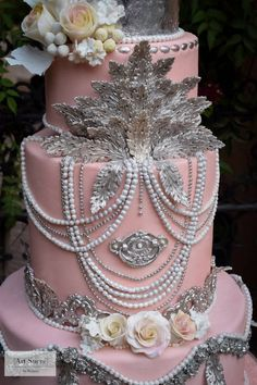 Baroque meets Art Deco meets Boho Chic , you say? All on a dusty rose background no less? I had such an absolute blast with this one!! I rarely have requests for silver in my cakes, but I have to say, I wouldn't mind having more from now on!