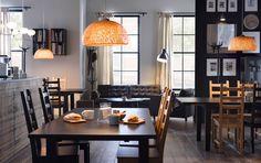 Ein Bistro mit STORNÄS Tischen in Schwarzbraun mit antik gebeizten Stühlen in Schwarzbraun