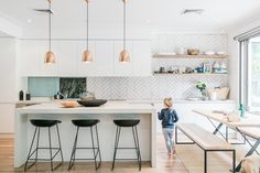 This interior and fashion stylist reveals all her tips and tricks The Grace Ta White Kitchen Ideas fashion Grace Interior reveals stylist Tips Tricks Kitchen Tiles, Kitchen Layout, Kitchen Flooring, New Kitchen, Kitchen Decor, Kitchen White, Kitchen Wood, Kitchen Sink, Purple Kitchen