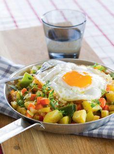 Juurespyttipannu   Kasvisruoat   Pirkka #food #vegetarian #ruoka #kasvisreseptit Easy Healthy Recipes, Easy Meals, Cobb Salad, Veggies, Breakfast, Koti, Vegetarian, Warm, Morning Coffee