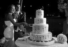 Emozionante taglio della torta nuziale sulle note musicali della colonna sonora d'amore degli sposi.