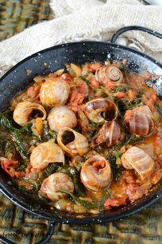 Snails with tomato and spinach are a simple Greek style dish that is super tasty and very easy to make at home, just a few ingredients and a bit of time. Stuffed Pepper Soup, Stuffed Peppers, Escargot Recipe, Snails Recipe, Seafood Recipes, Dinner Recipes, Bistro Food, Greek Recipes, Larder