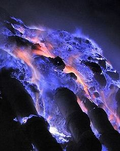 """The explanation for the spectacular electric blue glow of the """"Kawah Ijen volcanob Indonesia: This blue glow, unusual for a volcano. The lava itself iis due to the combustion of sulfuric gases in contact with air temperatures above Image Nature, All Nature, Amazing Nature, Nature Pictures, Beautiful Pictures, Volcan Eruption, Lava Flow, Photos Voyages, Tornados"""
