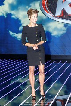Angela Schijf. Wat jammer dat ze geen kousen draagt. Afschuwelijk die blote benen. Alles is chique, van kruin tot...... aan de zoom van de jurk. Jammer.