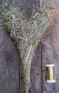 Handicrafts for Mother's Day: DIY - A heart of hay - Heart ❤ - Muttertag Cleaning Outdoor Cushions, Bed Cover Design, Woodworking Hand Tools, Modern Farmhouse Style, Flower Farm, Nature Crafts, Dried Flowers, Craft Gifts, Handicraft