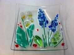 Glasschale mit Frühlingsblumen- tolles Ergebnis eines workshops bei Durchblick-Glasgestaltung