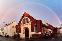 Regenbogen über einem Kirchengebäude (Korps) der Heilsarmee in Cambridge (GB). Foto: Meg Roberts [Twitpic]