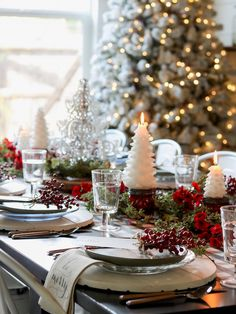 Christmas Tablescape Happy and cheerful Christmas Tablescape Christmas Tablescape - all details on Home Bunch blog today