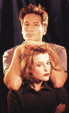 David Duchovny and Gillian Anderson - Agents Fox Mulder and Dana Scully of the X-files Gillian Anderson David Duchovny, Twilight, David And Gillian, Silly Photos, Awkward Photos, Chris Carter, Dana Scully, Believe, Cultura Pop