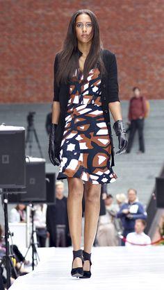 Kleid und Strickmantel von Belén Recio.