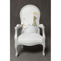 Sublime avec sa broderie représentant le Petit Prince sur sa planète, ce fauteuil en bois fait main de type Voltaire ornera à merveille la chambre de tous les enfants.