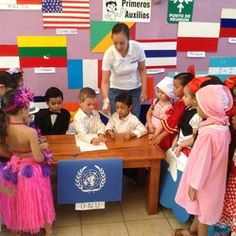 Firmando el tratado de la Organización de las Naciones Unidas para el día de la O.N.U.