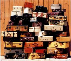Modern Country Style: The Vintage Suitcase: A Homage Vintage Suitcases, Vintage Luggage, Vintage Travel, Vintage Market, Bermudas Vintage, Vintage Love, Vintage Items, Vintage Props, Vintage Heart