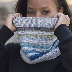 Knitting Patterns Cowl This fun cowl is a great way to use a solid or speckled yarn with a gradient. The popcorns will pop . Creative Knitting, Easy Knitting, Knitting For Beginners, Loom Knitting, Knitting Machine, Knit Or Crochet, Crochet Cats, Crochet Birds, Crochet Food