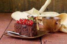 Super-Schokoladenkuchen Schokoladenkuchen mit roten Johannisbeeren und Minze dekoriert Stockfoto