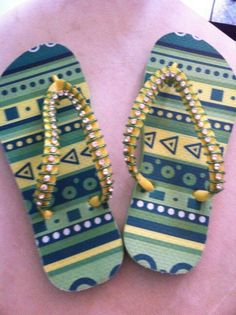 BijuTheca a arte em minhas mãos apresenta chinelas havaianas bordadas para colorir seus caminhos contato 983576767 ou bijutheca@gmail.com