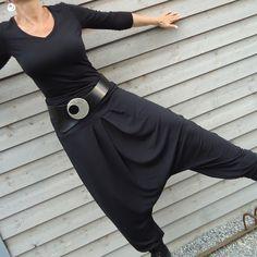 *_Lässige Sarouel-Hose mit tiefem Schritt aus schwarzem Viscosejersey_*  *Mein Modell - DSCHINGIS - hat einen elastischen, sehr breit gearbeiteten doppelten Bund - den könnt ihr umschlagen oder...