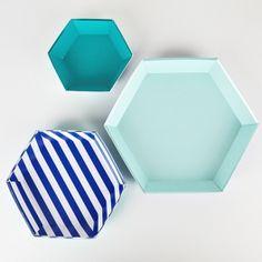 3+plats+hexagonaux+aux+couleurs+bleu+marine,...