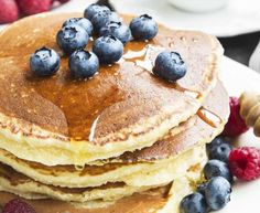 healthy fruit sauce for pancakes. Honey Pancakes with Blueberries and Raspberries Healthy Pancake Syrup, Pancake Toppings, Honey Pancakes, Raspberry Pancakes, Fruit Pancakes, Buttermilk Pancakes, Waffles, Cannoli, Deserts