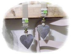 **Wir bieten Ihnen ein tolles Herzen Set zum Kauf an.**  _- Dekoriert sind die Silberherzen mit Schleifenbänder, Perlen, Draht, Holzscheiben, Holzblüten, Filz._  _- Sie können es toll als...