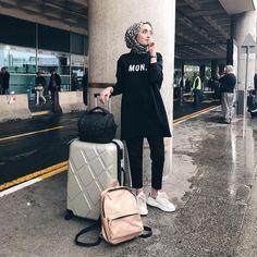 Best Tip to Style Hijab Outfit during Travel – Girls Hijab Style & Hijab Fashion Ideas Informations About Best Tip to Style Hijab Outfit during Travel – Girls Hijab Style & Hijab Fashi. Hijab Casual, Hijab Chic, Ootd Chic, Street Hijab Fashion, Muslim Fashion, Airport Chic, Modele Hijab, Hijab Fashion Inspiration, Fashion Ideas