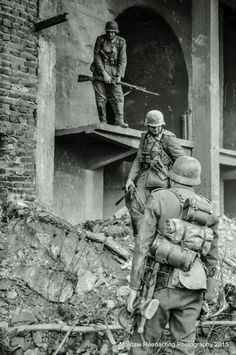 In ruins of Stalingrad, soldiers of Wehrmacht German Soldiers Ww2, German Army, Ww2 Photos, History Photos, Bataille De Stalingrad, D Day Normandy, Battle Of Stalingrad, Germany Ww2, Man Of War