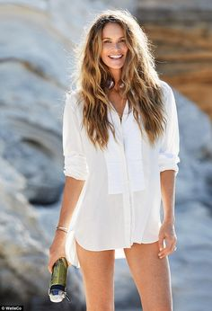 'Nutricosmetics' are the latest thing in skincare - a new generation of powders, pills and potions, which promise to make your skin, hair and nails glow - from the inside out (pictured: Elle Macpherson with the Super Elixir) Elle Macpherson, Beauty Routine Checklist, Daily Beauty Routine, Skincare Routine, Perfect Abs, Foto Pose, Muffin Top, Look Younger, Mannequin