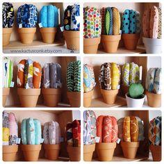YA ESTÁN AQUÍ! Los nuevos #cactus MINI con maceta de cerámica de terracota ligera! Me encantan! Todos y cada una de los modelos de cactus son piezas únicas e irrepetibles! --- www.kactusconk.etsy.com --- #cactus #cactusdetela #cacti #tela #fabric #DIY
