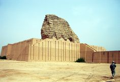 """La ziggurat de Dur-Kurigalzu (Aqar Quf) après restauration, à environ 30 km de Bagdad... (Wikipédia) > point de départ du """"portrait social"""" entre ziggourat et tesseract."""