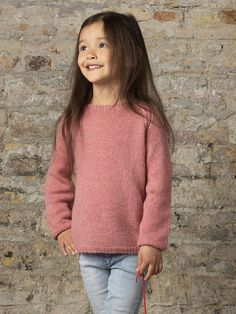 Få en strikkeopskrift på denne enkle sweater til børn Girl Photo Poses, Girl Photos, Knitting For Kids, Baby Knitting, Ethical Clothing, Girls Sweaters, Handmade Clothes, Pulls, Knitwear