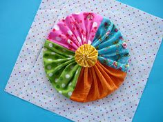 Blue Mountain Daisy: YoYo Sampler Blocks I wonder how she made this yoyo.using 4 colors? Patch Quilt, Applique Quilts, Quilt Blocks, Quilting Projects, Sewing Projects, Yo Yo Quilt, Square Quilt, Flower Making, Fabric Scraps